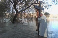 Alluvione, la benedizione del Po a Brescello