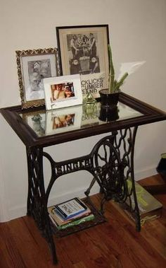 Vintage Sewing Neat re-purposed sewing machine table.:) - Small tables created with vintage sewing machines look spectacular and surprising Vintage Sewing Table, Diy Vintage, Vintage Sewing Patterns, Vintage Shabby Chic, Vintage Ideas, Vintage Decor, Vintage Stuff, Vintage Wood, Vintage Lace