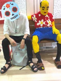 大阪梅田阪急三番街のキディランド前にレゴでできたオッさんがいたのでツーショット撮ってきました。 人生