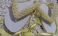 Chinelo havaiana revestido com fita de cetim,bordado com pérolas e cristais.