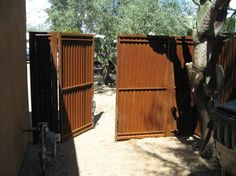 Corrugated Steel Gates: Affordable Fence and Gates builds and installs beautiful, safe corrugated steel gates in natural rust finish. Corregated Metal, Corrugated Metal Fence, Rusted Metal, Metal Art, Metal Fence Gates, Steel Fence, Front Yard Fence, Fenced In Yard, Yard Fencing