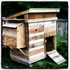 The Yellow House Project: Pallet Chicken Coop (Chicken Houses Posts) Chicken Coop Pallets, Chicken Coop Plans, Building A Chicken Coop, Chicken Coup, Best Chicken Coop, Chicken Coop Designs, Pallet Coop, Pallet Fence, Diy Pallet