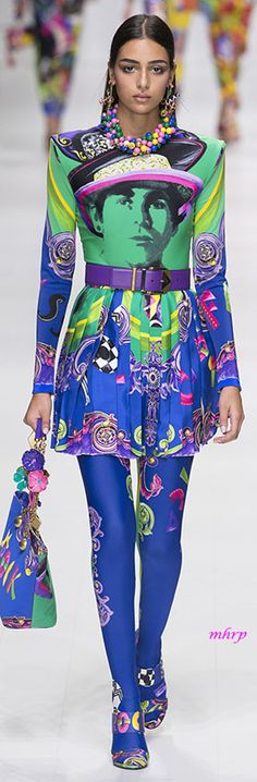 Official Versace Online Shop: an exclusive selection of Women's and Men's Ready to Wear, Shoes, Accessories and the iconic world of Versace Home. Weird Fashion, All Fashion, Womens Fashion, Fashion Tips, Fashion Trends, Green Fashion, Milan Fashion, Fashion Inspiration, Rainbow Fashion