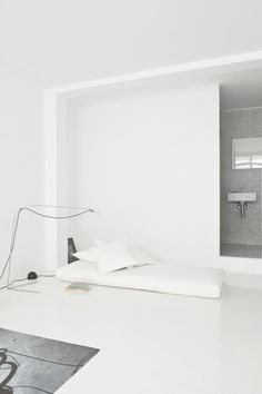 The White Retreat, Sitges, Spain. Small all white apartment design by CaSA. Photo by Roberto Ruiz Bright Apartment, White Apartment, Small Apartment Design, Studio Apartment, Minimalist Interior, Minimalist Living, Modern Interior Design, Interior Architecture, Interior Styling