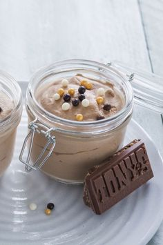 Tony chocolonely karamel zeezout mousse - Leuke recepten Köstliche Desserts, Delicious Desserts, Dessert Recipes, Yummy Food, Christmas Desserts, High Tea, Mousse, Love Food, Sweet Recipes