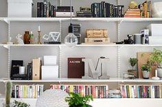 Mooi ingedeelde boekenplanken. Staat erg goed tegen die grijze wand.