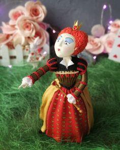 139 отметок «Нравится», 16 комментариев — АленаКотлевская ЦВЕТЫ ИЗ ГЛИНЫ (@alena_deco_flowers) в Instagram: «Она решает все проблемы очень просто! ГОЛОВУ С ПЛЕЕЕЕЧ!!! 😈 Многие из вас угадали, что именно…» Alice In Wonderland Figurines, Christmas Ornaments, Holiday Decor, Home Decor, Xmas Ornaments, Homemade Home Decor, Christmas Jewelry, Christmas Baubles, Decoration Home