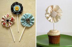 tutorial:  http://casamenteiras.com.br/2011/01/25/diy-bandeirinhas-e-topos-de-bolo-e-cupcakes-de-tecido/