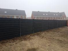 Zwarte schutting Met Potdeksel planken en Zwarte beton palen