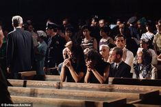 Former first lady Jacqueline Kennedy and her sister, Princess Lee Radziwill, pray in St. Patrick's Cathedral in New York City after the assassination of Senator Robert F. Jackie Kennedy Sister, Jacqueline Kennedy Onassis, Jaqueline Kennedy, Famous Sisters, Lee Radziwill, Housewives Of New York, Robert Kennedy, Rich Image, John Wayne