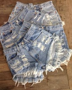 ALL SIZES Vintage Levis High Waisted Distressed Denim Shorts Back in style . I have a closet full lol The very best thing to wear when i was bartending ; Short Denim, Short En Jean, Short Shorts, Cut Shorts, Trendy Outfits, Summer Outfits, Fashion Outfits, Womens Fashion, Jeans Fashion