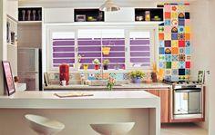 Azulejos: o mosaico acima da pia e atrás do fogão leva peças antigas. Cemitério dos Azulejos, R$ 4 cada. Marcenaria: bancada e armários da cozinha, gabinetes dos banheiros e nichos. JF Móveis, R$ 14.900.