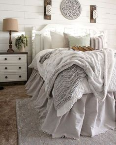 50 Awesome Farmhouse Bedroom Decor Ideas And Remodel - Schlafzimmer - Bedding Master Bedroom Farmhouse Bedroom Decor, Cozy Bedroom, Home Decor Bedroom, Modern Bedroom, Bedroom Furniture, Bedroom Ideas, Bedroom Layouts, Furniture Ideas, White Rustic Bedroom