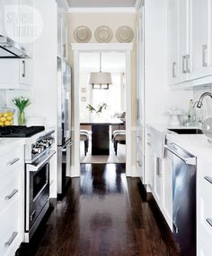 simple white beauty love the clean white palette with the greenery on the door in this kitchen and not to mention the copper kitchen aid love whi - Kleine Galeere Kche Umgestalten