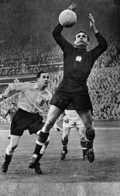 MO Bio - Gyula Grosics, révolutionnaire et rebelleMain Opposee Sport Icon, School Football, Goalkeeper, Old School, Athlete, Nostalgia, Soccer, London, Running