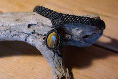 Eine schöne, eng anliegende Macramee Kette mit einem Tiegeraugenstein.   https://www.etsy.com/listing/275739488/small-macramee-necklace-with-a
