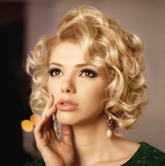 Tips with regard to fantastic looking women's hair. Your own hair is undoubtedly precisely what can define you as a person. To many individuals it is undoubtedly important to have a fantastic hair do. Hair and beauty. Cute Hairstyles For Medium Hair, Short Hairstyles For Women, Bride Hairstyles, Vintage Hairstyles, Medium Hair Styles, Curly Hair Styles, Cool Hairstyles, Hairstyle Ideas, Style Hairstyle