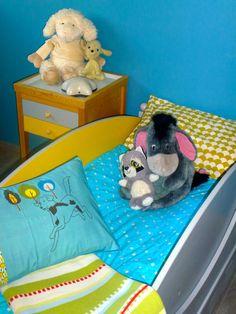 Lit enfant Baladin avec son tiroir de rangement et chevet Alex, le tout sur Am.Pm de La Redoute. Des barrières ont été rajoutées sur les côtés du lit pour notre Minion N°2.