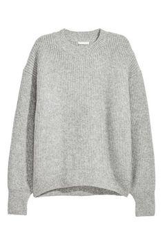 Chandail en douce maille côtelée enrichie d'une touche de laine. Modèle avec couture d'épaule fortement descendue. Coupe ample. Ourlet côtelé à l'encolure,