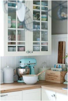 Bom dia!   Começando o dia com o gracioso estilo retrô para cozinhas, esse estilo que é tão envolvente e encantador.   Veja que bacana o us...