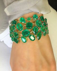 Emerald Jewelry, High Jewelry, Luxury Jewelry, I Love Jewelry, Jewelry Accessories, Fashion Accessories, Diamond Bracelets, Bangles, Piercing