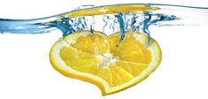 Eau citronnée : voici ce qui arrive à votre corps quand vous en buvez un verre tiède le matin
