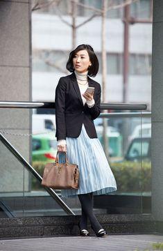 かっちりジャケットに軽やかなプリーツスカートで春らしいやわらかきちんとスタイル
