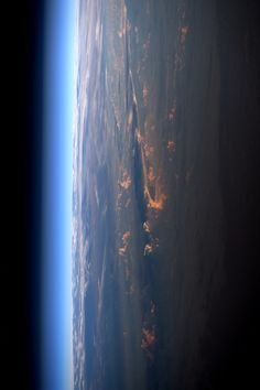 https://flic.kr/p/SSmvY1 | Sunset and good night | A sunset from space in the style of Samantha Cristoforetti's pictures she took during her Futura mission in 2015. Happy birthday Samantha! And goodnight from space as the sun sets almost at the other side of Earth. ;) Ce coucher de soleil, déjà presque de l'autre côté de la planète, me semble je ne sais pourquoi propice à souhaiter un joyeux anniversaire à Samantha Cristoforetti. Bonne nuit depuis l'espace ! Credits: ESA/NASA 135G3357