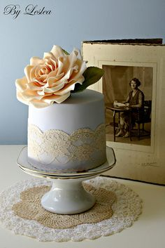 Vintage style with peach rose  Vintage style blue cake with peach rose. would use real flower