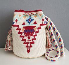 Mochila made Byloko - Pinto Online Crochet Woman, Love Crochet, Knit Crochet, Crochet Hats, Tapestry Bag, Tapestry Crochet, Mochila Crochet, Solange, Boho Bags