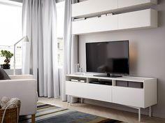Série Ramsätra. Lakovaná dřevotříska vytváří trvanlivý povrch, který odolává škrábancům. TV stolek stojí 5490 Kč, nástěnná skříňka je za 2490 Kč; Ikea