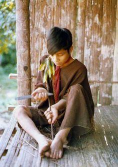 Povos nativos do Brasil. Fabricação de flechas. Aldeia do Samuel, do povo Ashaninka.   Fotografia: Arno Vogel, 1978.