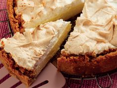 Die bekende suurlemoenmeringuetert word net lekkerder as dit roomkaas bykry en as kaaskoek voorgesit word. Lemon Meringue Cheesecake, Cheesecake Recipes, Best Dessert Recipes, Sweet Recipes, Desert Recipes, South African Recipes, Different Cakes, Sweet Tarts, Savoury Cake