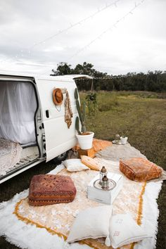 Ah, the art of glamping. Combining chic ideas with the outdoors, glamping is a way to have fun and be comfortable. Not quite camping yet not quite a s. Camping Glamour, Glamping, Style Kinfolk, Bohemian Style Home, Boho Chic, Chic Chic, Gypsy Style, Bohemian Decor, Hippie Style