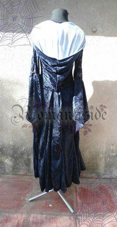 Vestido Blue Magic  De chiffon, con recorte en el corsé, doble manga, quilllas en la falta, espalda y mangas encorsetadas, escote corazón y amplia capucha.