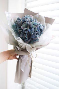 Best garden flower arrangements lavender Ideas garden is part of Bouquet - Boquette Flowers, How To Wrap Flowers, Dried Flowers, Planting Flowers, Flower Wrap, Send Flowers, Flower Gardening, Bouquet Cadeau, Gift Bouquet