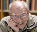 Søren Mørch (f.1933) udlært sølvsmed 1955 og mag.art. i historie 1966. Gift med Ritt Bjerregaard s.å. og ansat ved Odense Universitet 1966-2003. Har bl.a. skrevet, Den sidste danmarkshistorie (1996), 25 statsministre (2004), Store forandringer (2009) og Vældige ting (2010).