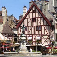 La place du Bareuzai au centre de Dijon