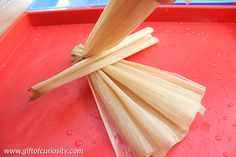 How to make corn husk dolls - a simple tutorial for kids and grownups alike to make this Native American craft. Native American Dolls, Native American Flute, Corn Husk Dolls, Husk Corn, Corn Husk Crafts, American Indian Crafts, How To Make Corn, November Crafts, Paper Crafts Magazine
