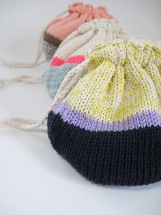 Lovely little knitted pouches.. must do with surplus yarn