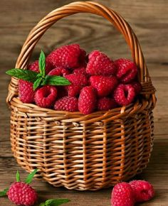 Find images and videos about berries and raspberry on We Heart It - the app to get lost in what you love. Red Fruit, Exotic Fruit, Fruit Art, Fruit And Veg, Fruits And Vegetables, Raspberry Fruit, Blackberry, Photo Fruit, Raspberries