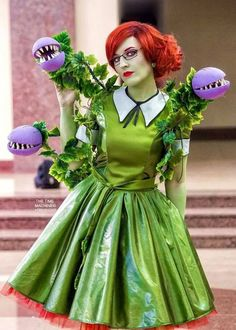 Definitely hitting notes of Little Shop of… halloween cosplay Poison Ivy Cosplay, Poison Ivy Kostüm, Poison Ivy Costumes, Hero Costumes, Diy Costumes, Costumes For Women, Cosplay Costumes, Costume Ideas, Costume Makeup