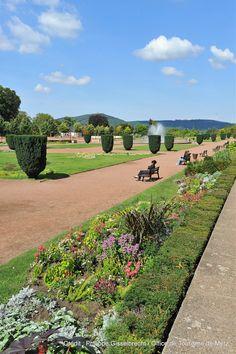 L'Esplanade est un jardin « à la française » aménagé au début du 19ème siècle en lieu des derniers vestiges et fossés de la Citadelle du 16ème siècle. Il offre une belle vue sur le mont Saint Quentin, et la nouvelle Place de la République, inaugurée en 2010, est conçue comme sa continuité, en version moderne…  Découvrez la en venant nous rendre visite :-) !