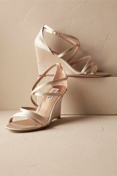 BHLDN Candace Wedges - Roxie Taylor - Damen Hochzeitskleid and Schuhe! Outdoor Wedding Shoes, Comfy Wedding Shoes, Wedge Wedding Shoes, Designer Wedding Shoes, Wedding Boots, Wedge Shoes, Shoes Heels, Wedding Outfits, Wedding Hair