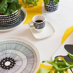 mix the strong black & white patterns from the Marimekko tableware range and enjoy! Servies online www.emma-b. Black White Pattern, White Patterns, Pattern Drawing, Marimekko, Wonderful Things, Home Decor Items, Espresso, Home Accessories, Ceramics
