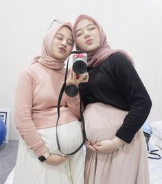 Gambar mungkin berisi: 2 orang, kamera dan dekat Casual Maternity Outfits, Casual Hijab Outfit, Hijab Chic, Beautiful Muslim Women, Beautiful Girl Indian, Beautiful Hijab, Hijabi Girl, Girl Hijab, Cute Ripped Jeans