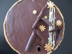 Tarte au chocolat, ici décorée avec des copeaux de chocolat et des morceaux de pâte sucrée
