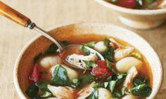 Soupe au poulet avec gnocchis, basilic et parmesan