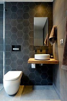 Une déco WC tendance avec mur en carreaux de ciment gris
