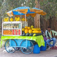 fruit chaat vendor in Bangalore. Fruit chaat is like a fruit salad sprinkled with magical masala and each vendor has their own special mix. Good fruit chaat will be refreshing, sweet, sour & spicy all at once! #bangalorecookbook